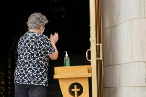 Présence – Rouvrir les églises pas de discrimination pour l'âge des fidèles ?