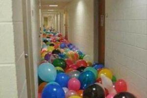 Une enseignante apporte des ballons à l'école…